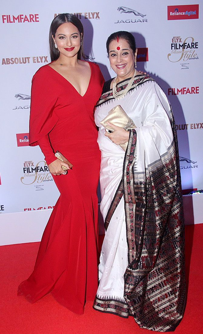 Sonakshi Sinha with mom Poonam Sinha at the 2015 Filmfare Glamour And Style Awards. #Bollywood #Fashion #Style #Beauty #Hot