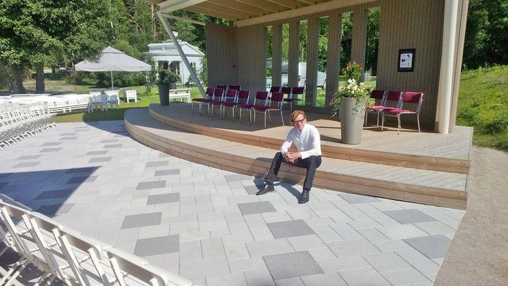 Toiminnanjohtaja Tuomas Hoikkala uuden konserttilavan edustalla.