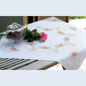 Garland with Roses: theenap om te borduren in kruissteek, voorgedrukt