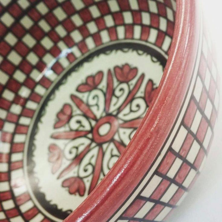Colores diferentes, acabados y tamaños que permiten combinar vajillas divertidas  Facebook @azhomemadrid