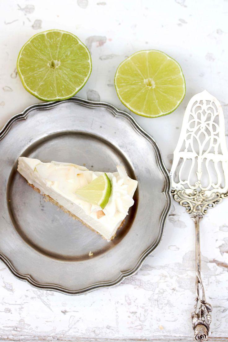 Sommerlicher Cheesecake: Diese Kühlschranktorte mit Limette, Kokos und Keksknusperboden schmeckt wunderbar erfrischend und ist schnell zubereitet. Und damit eine wunderbare Torte für den Sommer!