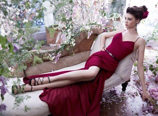 weinrote Farbe-Kleid mit V-Ausschnitt und Beinschlitz