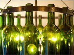 Perfeitos para iluminar e decorar bares e restaurantes, os lustres com garrafas de vidro também ganham espaço nas casas, tanto na sala como na área externa. Destaque para as garrafas coloridas, que dão um efeito super aconchegante na iluminação. Já dá pra pensar duas vezes antes de jogar aquela garrafa de cerveja e de vinho no lixo!