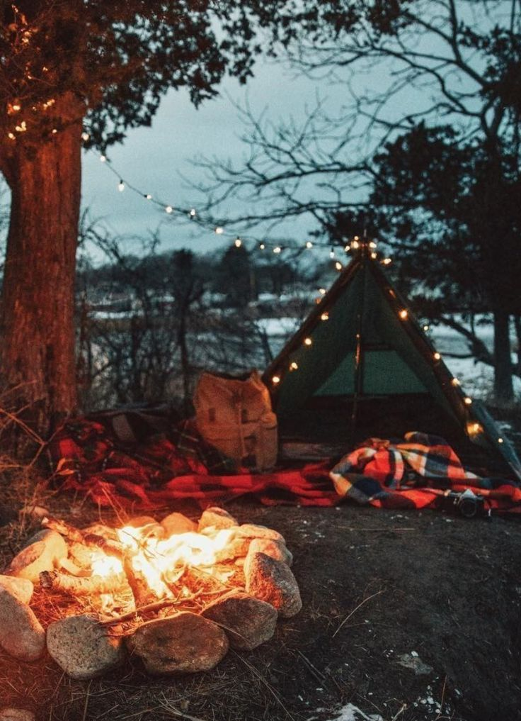Camping Essentials: What To Bring On Your Fall Weekend Getaway - These are some camping essentials that you're definitely going to need on your next vacation within the great outdoors! Be prepared! Camping Diy, Camping With Kids, Tent Camping, Campsite, Camping Hacks, Outdoor Camping, Halloween Camping, Beach Camping, Camping Meals