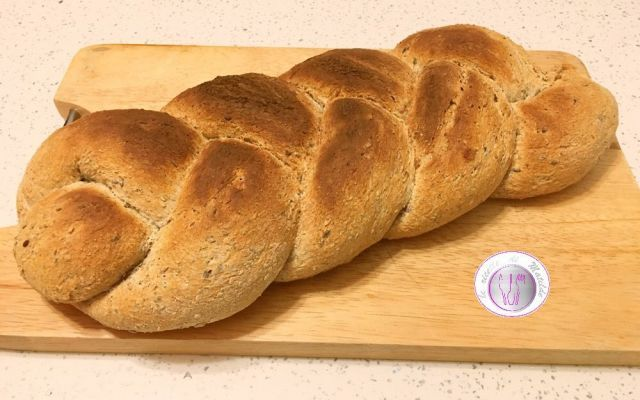 Ricetta pane con farina di kamut e noci La farina di kamut deriva dalla macinazione del grano Khorasan ed è particolarmente indicato per preparare prodotti da forno, pasta e dolci, dato il suo alto contenuto di glutine. La parola kamut ind #ricette #pane #kamut