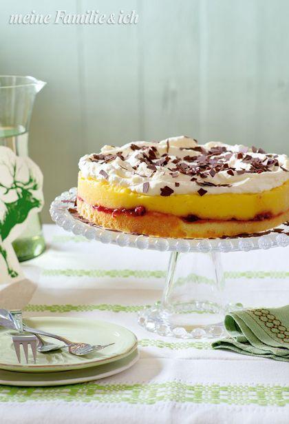 Apfel-Vanille-Torte, Biskuitboden bestrichen mit Preiselbeeren und Vanille-Apfel-Masse mit Sahne-Schokoflocken-Topping burdafood.net-Archiv/Gaby Zimmermann http://www.daskochrezept.de/meine-familie-und-ich