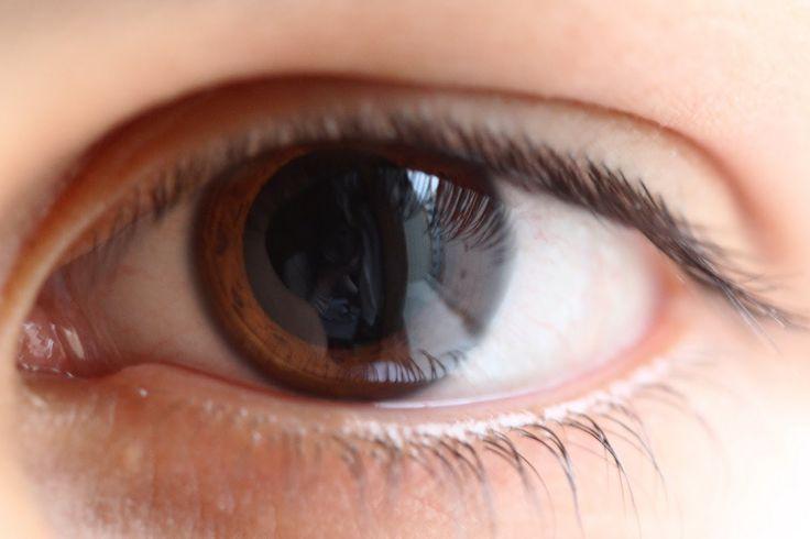 ¿Sabías que no todas las pupilas se dilatan de la misma manera? La pupila de los ojos oscuros se dilata más lentamente que la de los claros.