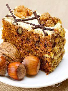 La Torta di noci e nocciole si presta ottimamente per rallegrare, insieme a un buon tè o una cioccolata bollente, un pomeriggio con gli amici.