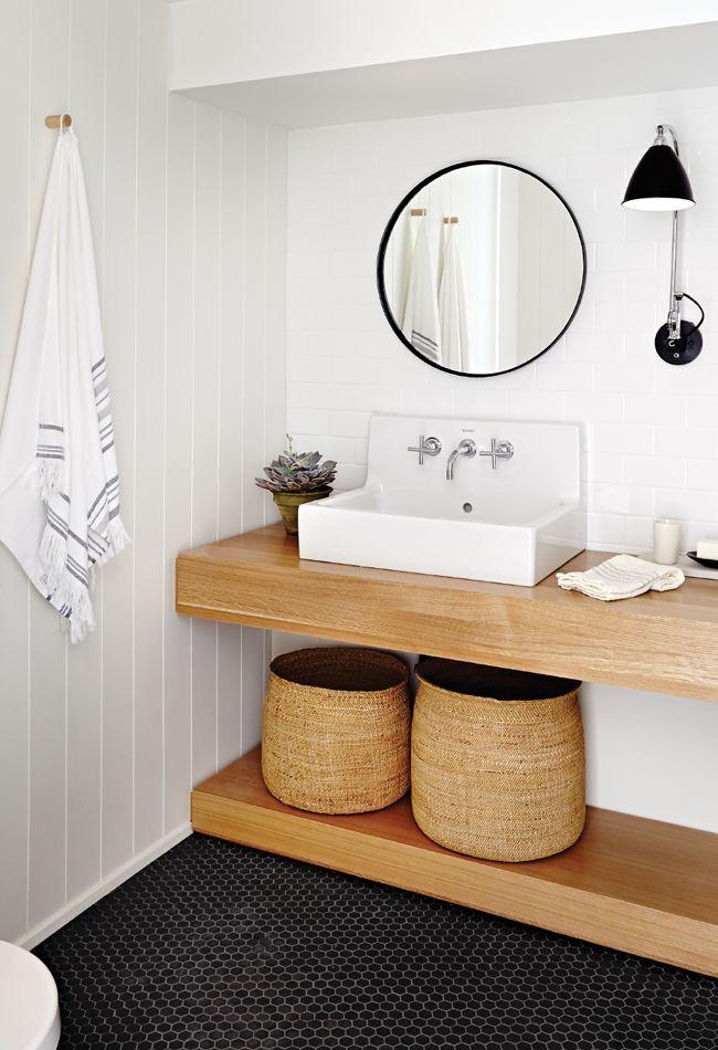 85 идей аксессуаров для ванной комнаты: создаем уют и красоту http://happymodern.ru/aksessuary-dlya-vannojj-komnaty/ Плетеные корзины для белья в цвет столешницы и полки