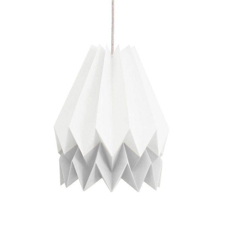 La suspension origami, nommée Orikomi, est à la fois design par sa forme géométrique, décorative par le mélange des couleurs blanc et gris clair, et ludique car fabriquée en papier cartonné. Elle sera superbe dans une chambre, un bureau, un salon... et si vous la combinez avec une autre suspension origami vous apporterez beaucoup de douceur à votre intérieur.<br /> Cette suspension sera non seulement un bel objet décoratif dans votre intérieur mais vous serez également content d'ap...