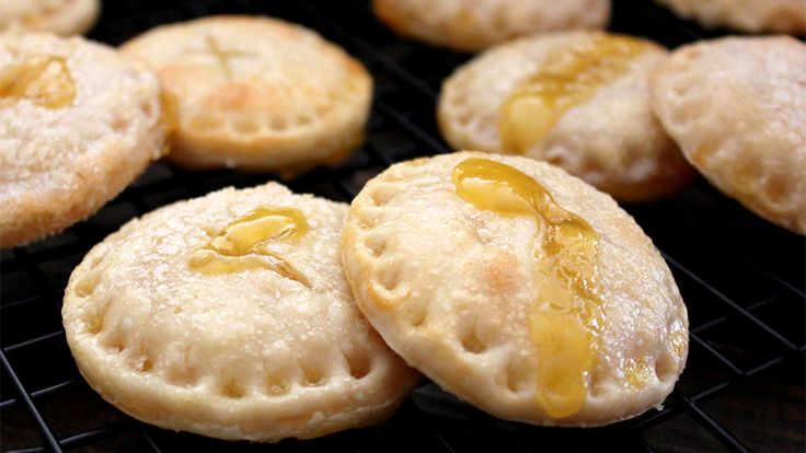 Blogger Amy Erickson was dreaming of a tall glass of frosty lemonade when she whipped up the idea for these summery pie cookies.