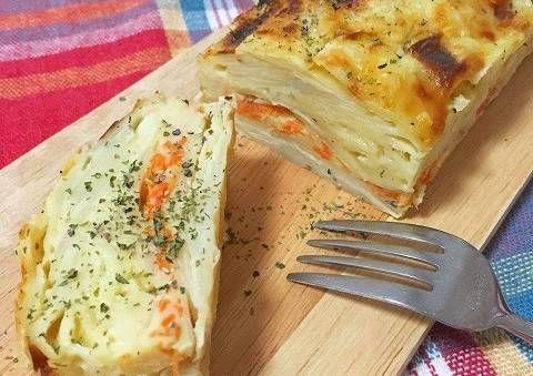 """スイーツ以外でも味わえる!話題の「萌え断」レシピ  フランスで人気のケーキ、ガトーインビジブル。ここ日本でも、切った断面の美しさが「萌え断」などと言われ、SNSなどでも話題ですよね。ガトーインビジブルといえば、りんごを使ったレシピのイメージ。でも、今回紹介するレシピは、じゃがいもを使ったお食事系のガトーインビジブルです。甘くないので、厳密にはフランス語でお菓子の意味である""""ガトー""""ではありませんが"""
