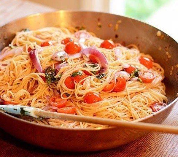 Паста с томатами, базиликом и чесноком