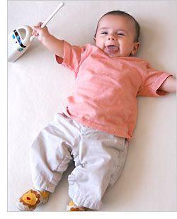 2 juegos para estimular el desarrollo de sentido de la permanencia y habilidades motoras gruesas en bebés de 4 meses y 2 semanas.