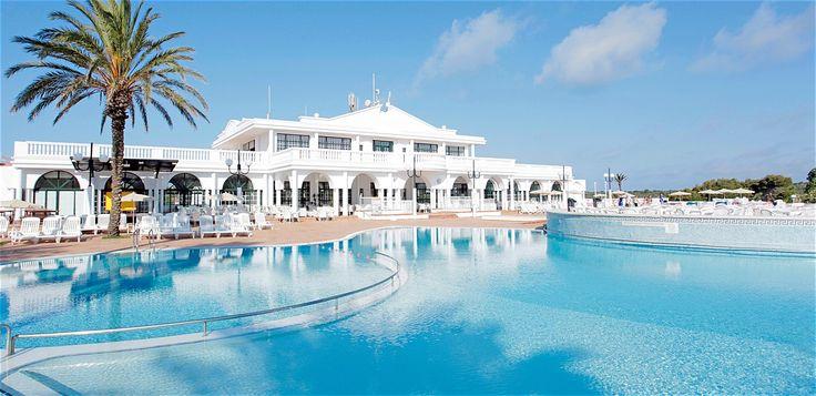 TUI Family Life Mar de Menorca ligger i Es Canutells. Här finns aktiviteter, pooler, vattenrutschkanor och underhållning för stora som små.