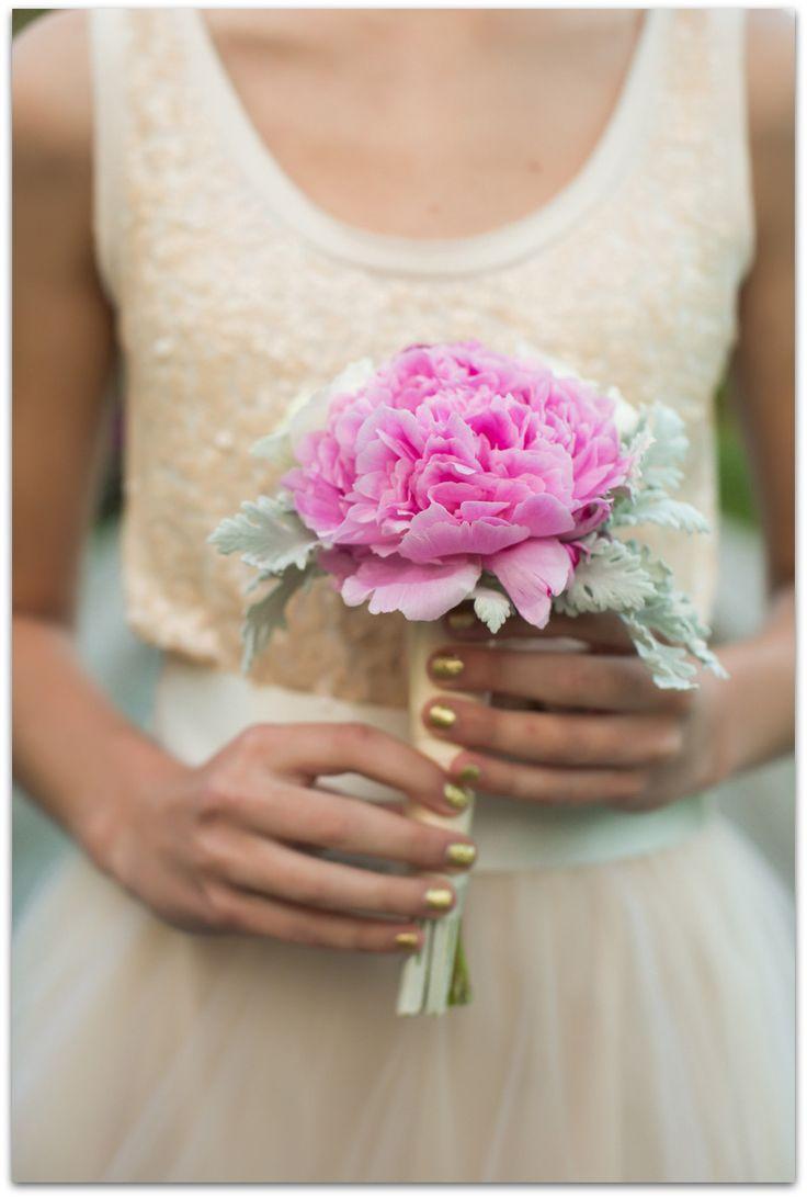Otra idea fantástica es hacer un ramo con una única flor. Con la peonía, al igual que con otras flores voluminosas como el girasol o la dalia, podrás tener un ramo de novia sencillo y muy original. ¡Encuentra aquí preciosa ideas para tu ramo de peonías!