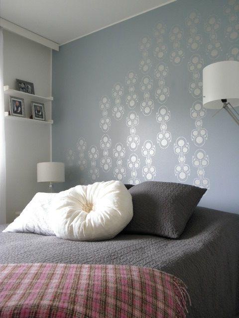 Makuuhuoneen päätyseinä on maalattu sävyllä F435, jonka päälle on sabluunaa käyttäen tehty kuviointi taikamaalilla.
