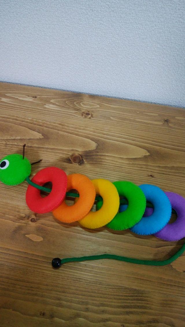 あおむしのヒモにカラフルな輪を通して遊ぶひも通し知育おもちゃです。小さなお子様の指先も器用になり、色を考えながら一生懸命通そうとするので集中力もついてとてもいいですよ。輪投げの輪っかとして遊ぶこともできます。