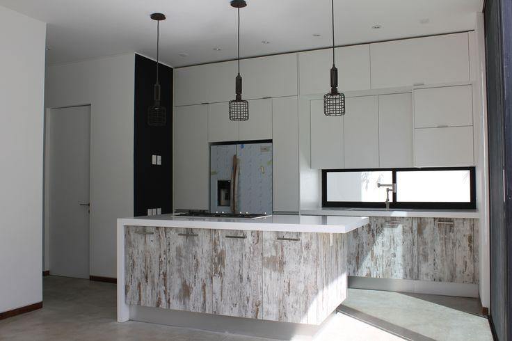 Casa en valle real cocina con madera avejentada y barra for Pisos para cocina