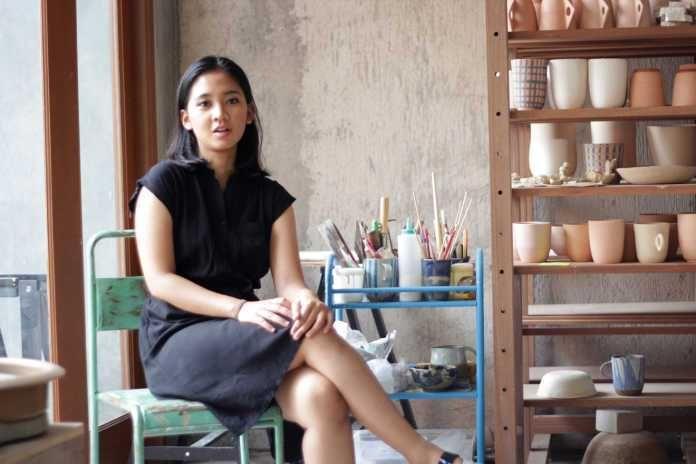 Ayu Larasati dan Kecintaannya pada Seni Keramik