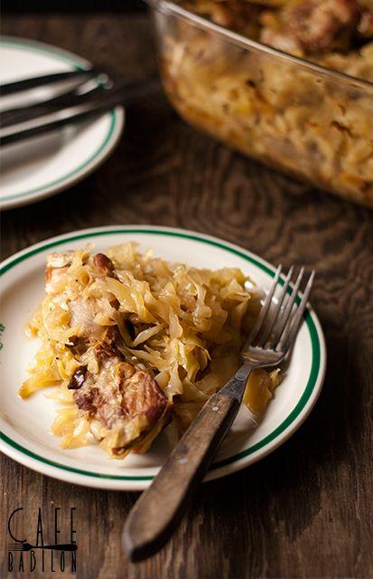 Niezwykle przepyszne, proste do zrobienia wieprzowe żeberka z młodą kapustą. Podsmażone mięso i duszone z kapustą w piekarniku.