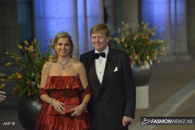 FOTOS: Prinses Maxima beeldschoon in rode Valentino-jurk