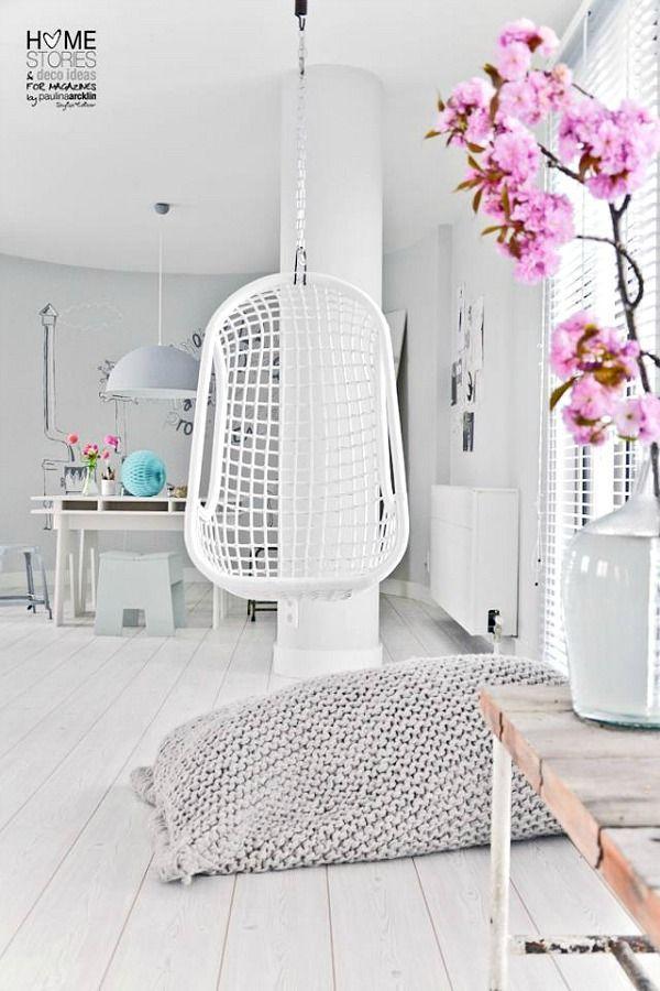 Interieurinspiratie   witte woonkamer met hangstoel   roze bloem zorgt voor verfrissend en sprankelend detail   woonkamerinspiratie