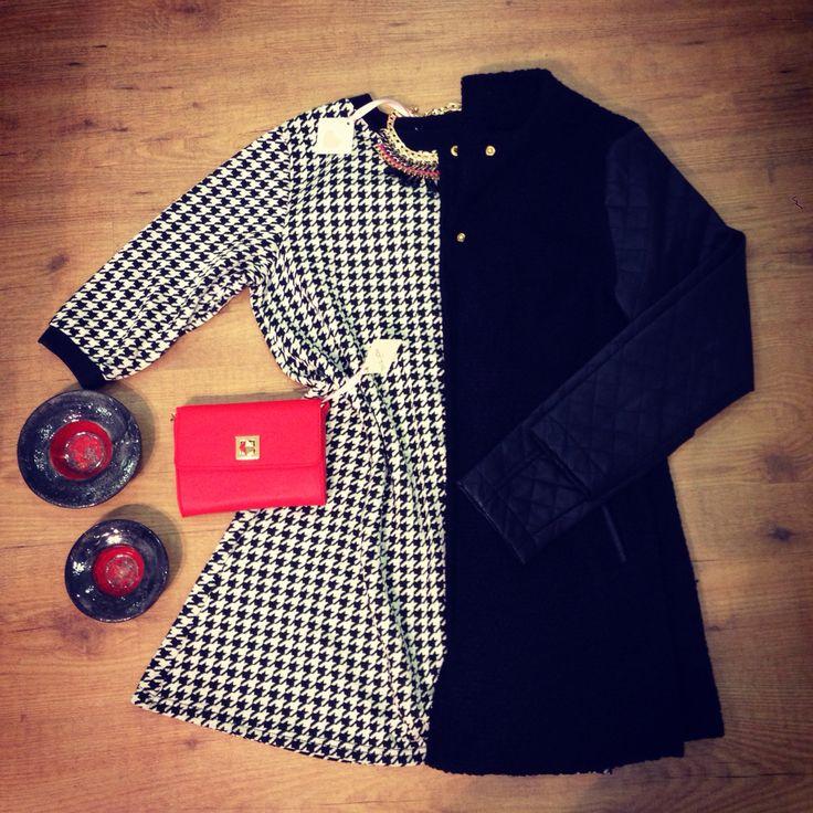Abito a campana pied de poule + cappottino nero con maniche in ecopelle + minipochette rossa + collana punte
