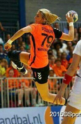 deze mevrouw is een sporter in actie je kan zien dat de vrouw een bal gaat gooien daarom is het ook dynamisch.EEY