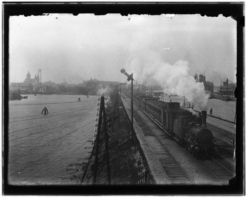 Dijksgracht · 6 juni 1899    Dijksgracht (links).Gezien vanaf luchtbrug spoorwegovergang Mariniersplein. Rechts: Binnenhaven/Gebouw KNMI, Oostelijke Handelskade.
