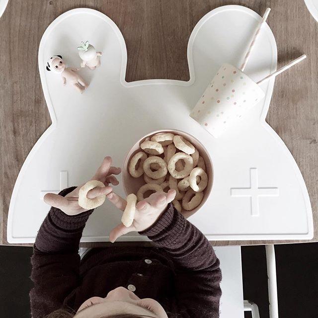 W E  M I G H T  BE  T I N Y dækkeservietter er endelig på lager og hvor ER de fine. De er tilpas store, så der er god plads til tallerken og kop🐰 desværre mangler den hvide Bjørn, men den er på vej, og kan naturligvis også bestilles allerede nu. #wemightbetiny #littlekidsville #dækkeserviet #rabbitplacemat #placemat