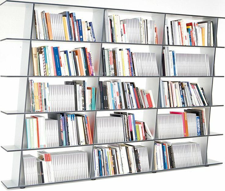 Wogg 41 - proj. Hans Eichenberger, oryginany ukośny i bardzo stabilny regał na książki, konstrukcja i półki z płyty aluminiowej; wys. 185,2 cm, szer. 271 cm. Cena: ok. 22.899 zł, Wogg/WorldsDesign.pl.