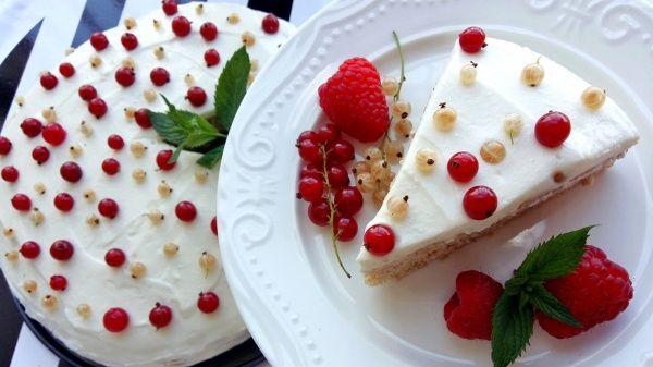 Při přípravě nebudeme potřebovat žádný cukr, máslo ani olej. Tento dortík s ricottovo-vanilkovým krémem chutná skvěle i bez toho.