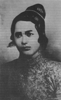Cut Nyak Meutia, also known as Cut Meutia Indonesian National Heroins. She was still in her resistance by a rencong in her hand; she was killed after Dutch troops directly shot her straight on head and chest.