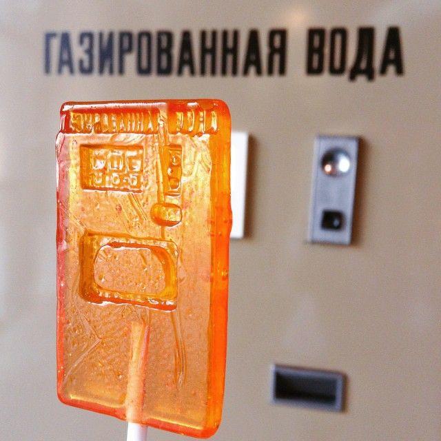Теперь автомат с газированной водой можно унести с собой из музея :)) в виде леденца! Морской бой, Снайпер, Магистраль и другие автоматы, а также Олимпийский мишка, Чебурашка, Магистр Йода и другие леденцы на палочках можно приобрести у нас в музее :) #15kopspb #музейсоветскихигровыхавтоматов #museumofsovietarcademachines #музейспб #леденцынапалочке #автоматсгазированнойводой