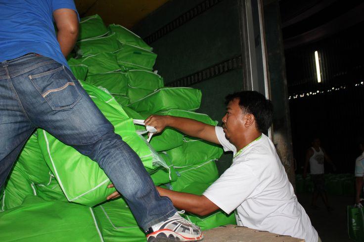 """Des kits d'hygiène Oxfam contenant savon, sous-vêtements, couvertures, brosses à dent et dentifrice arrivent dans un entrepôt à Cebu. L'entrepôt a été donné à Oxfam par sa propriétaire Mani Osmena : """"C'était la moindre des choses que nous pouvions faire, tout le monde a besoin d'aide."""""""