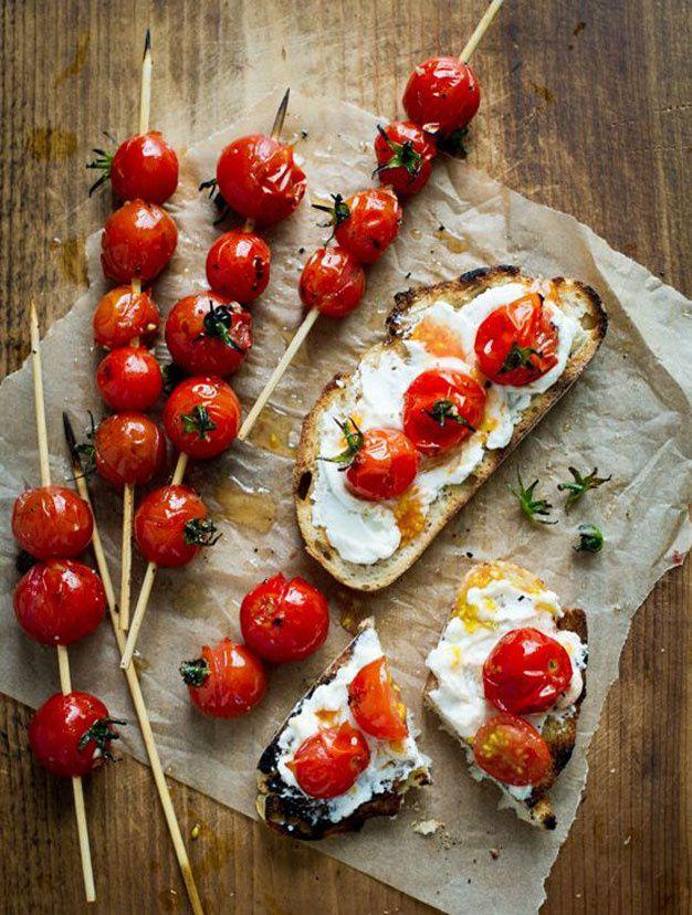 Rôtir légèrement de juteuses tomates cerises avant de les couper en deux et de les disposer sur un lit de fromage frais