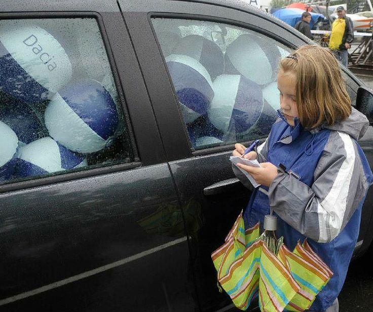 1, 2, 3...Fetița din imagine pare să aibă ceva probleme la numărat. Hai s-o ajutăm! Tu câte baloane vezi înăuntrul acestui Lodgy?