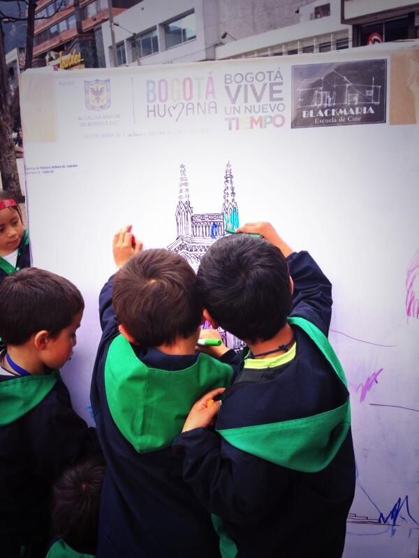 Los niños son parte de La magia de la trece. http://topofilia.com.co/project/lourdes-corredor-cultural-jorge-olave-sierra/