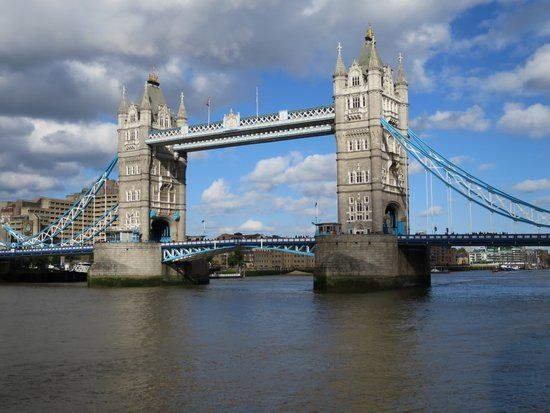 Bezienswaardigheden Londen: Een van de belangrijkste toeristische attracties in Londen is de Tower Bridge, een van de grote iconen van londen.