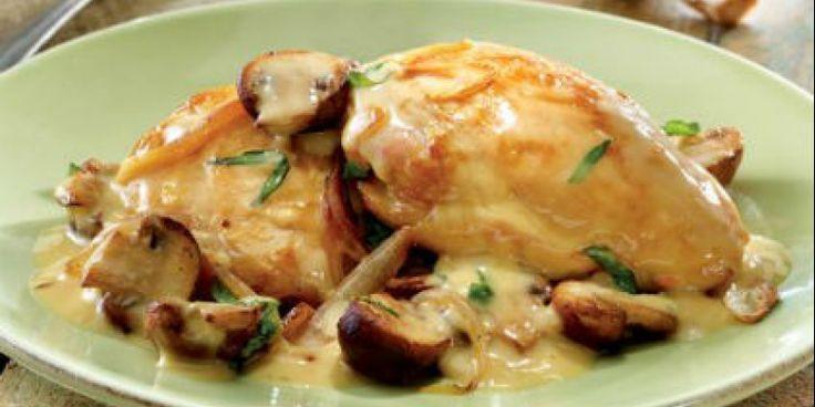 Κόβουμε σε μπουκιές το κοτόπουλο, το αλατοπιπερώνουμε και το σοτάρουμε στο λάδι. Προσθέτουμε το ψιλοκομμένο σκόρδο και τα μανιτάρια.