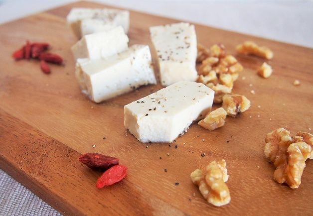 豆腐チーズ  塩麹 大さじ2.5 木綿豆腐 1丁 エクストラヴァージンオリーブオイル 大さじ1 ブラックペッパー 少量 木綿豆腐を水切りにして横に半分にしてカットする。  豆腐全体に塩麹を塗り、ラップに包むかペーパーなどにくるみ密封容器に入れ、4-6日間冷蔵庫で保存する。  切り分けて、ブラックペッパーやオリーブオイル等と食べてくださいね。日~2日だけではどうしても豆腐っぽさは消えませんので、時間に余裕があるときはぜひ短期間ではなく、4-6日程度、塩麹漬けにしておくことをおすすめ
