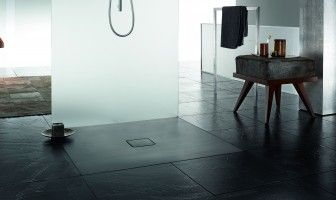 Hugo Oliver - Minimalist style shower with opaque glass separator
