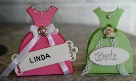 """Her har jeg laget BORDKORT etter inspirasjon av disen """"kjole-esken""""til Sizzix Pro .  Den rosa kjolen måler 6,8x8,2cm og den grønne har j..."""