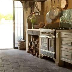 Cucina rustica di casa nella campagna toscana: Cucina % in stile % {style} di {professional_name}
