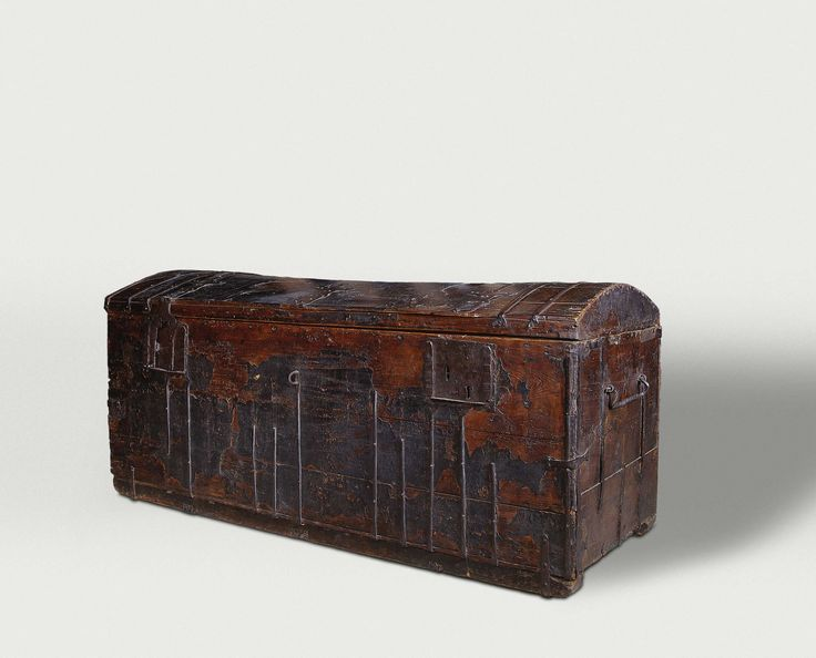 Book chest of Hugo de Groot, anoniem, c. 1600 - c. 1615 In his fall from grace, Oldenbarnevelt also took down a few friends. The most famous of them was the celebrated jurist Hugo de Groot. He was sentenced to life imprisonment, but managed to escape by hiding in a chest used to bring him books. The chest on display here was long thought to be the one from this famous story.