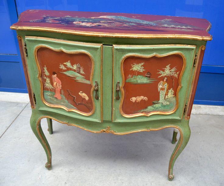 Credenza a due ante con cineserie e pavoni dipinti laccatura originale