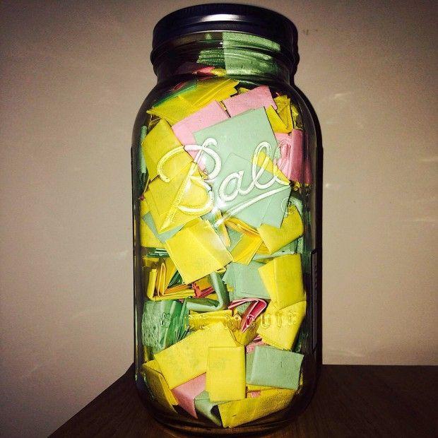 Une idée de cadeau très romantique : on écrit 365 mots doux sur des post-it qu'on place ensuite dans un bocal. On peut diviser le tout en trois catégories, par exemple : les souvenirs sur papier jaune, les citations et paroles de chansons sur papier vert et les raisons de l'amour en rose. :)