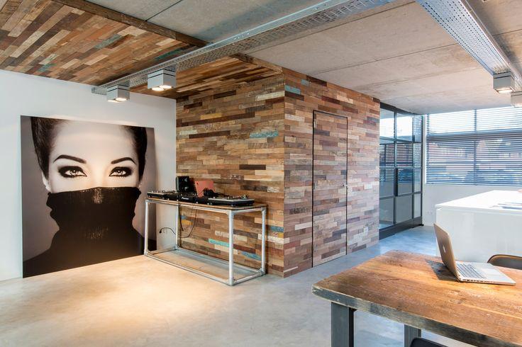 Conservez le charme du bois tout en y adaptant une touche de modernité / Panneau mural Bridges / Wonderwall Studios