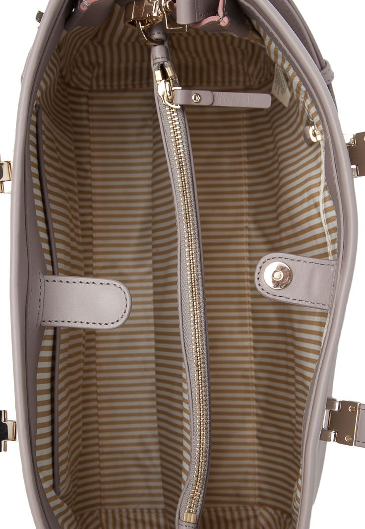A Bolsa Kate Spade Recorte rosa é confeccionada em couro. Apresenta detalhe  metalizado e escrita da marca. Conta com alça dupla de mão, alça tira colo e  fechamento por botão de encaixe. Mede 39 cm de largura, 30 cm de altura e 18 cm de profundidade. Traz interior em material têxtil, com seis compartimento para pequenos objetos.